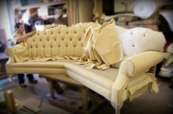 Как перетянуть обивку на диване своими руками