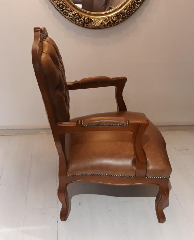 Klasik Tekli Sabit Döşemeli Oturumu İle Kapitoneli Sırt. Tekli Koltuk, Sabit Kaplama Oturum Yeri Kiş